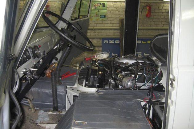Двигатель в УАЗе 3303 находится под кабиной между сиденьями