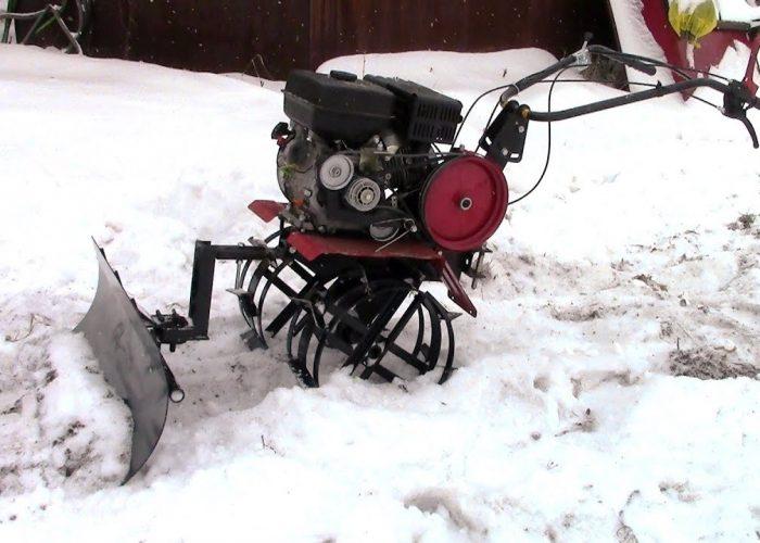 Очистка территории от снега мотоблоком