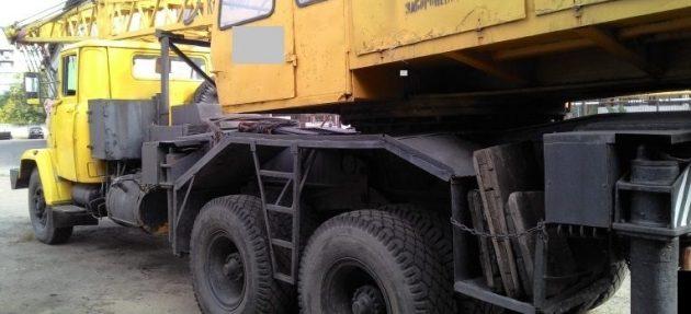 Вид сбоку на автокран КС-4562