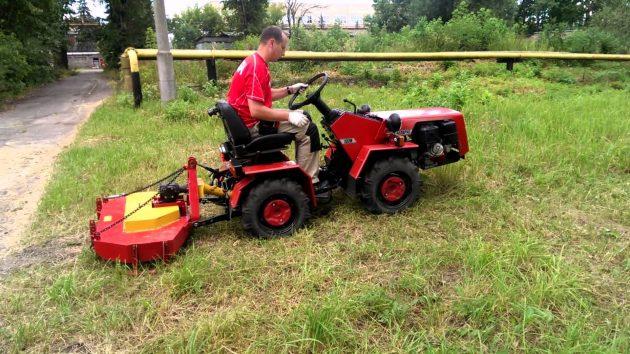 Небольшой мини-трактор в работе