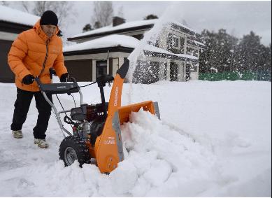 Очистка снега снегоуборщиком