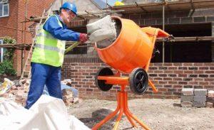 Приготовление бетонного раствора с помощью бетономешалки