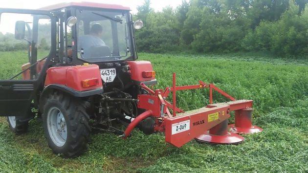 Трактор МТЗ 320 в работе