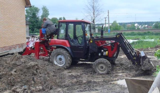 Трактор МТЗ-422 в работе