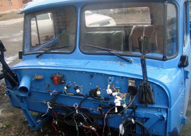 КабинаУрала 4320 синего цвета