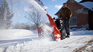 Работа со снегоуборщиком