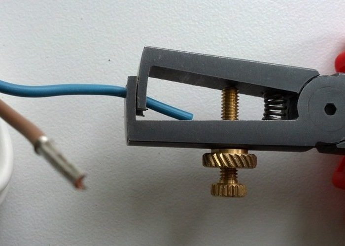 Рукоятка с отверстиями для кабелей