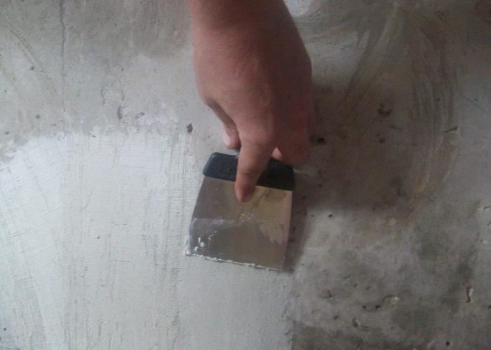 Штукатурка сквозной дыры в бетонной стене