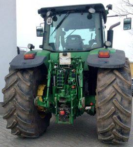 Трактор John Deere 7830 - вид сзади