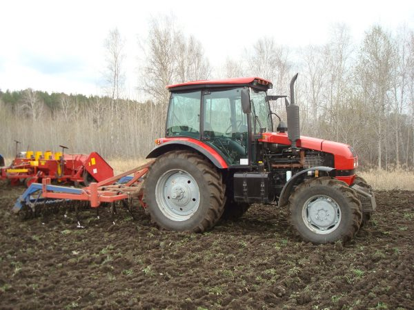 Трактор МТЗ 1523 в работе