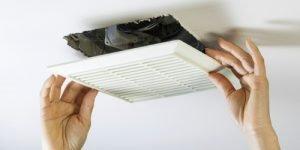 Забитая вентиляция - одна их причин неприятного запаха в квартире
