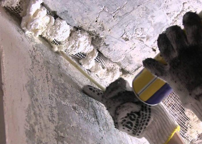 Заделывание отверствий в бетонной стене монтажной пеной