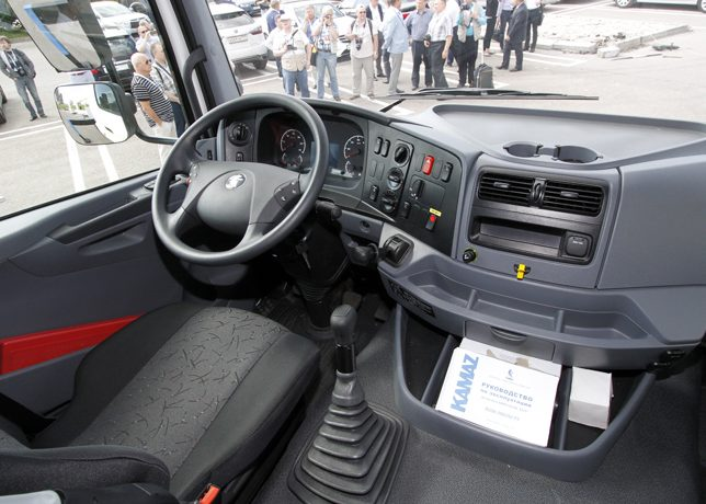 Интерьер кабины точь-в-точь как у модели Mercedes Axor