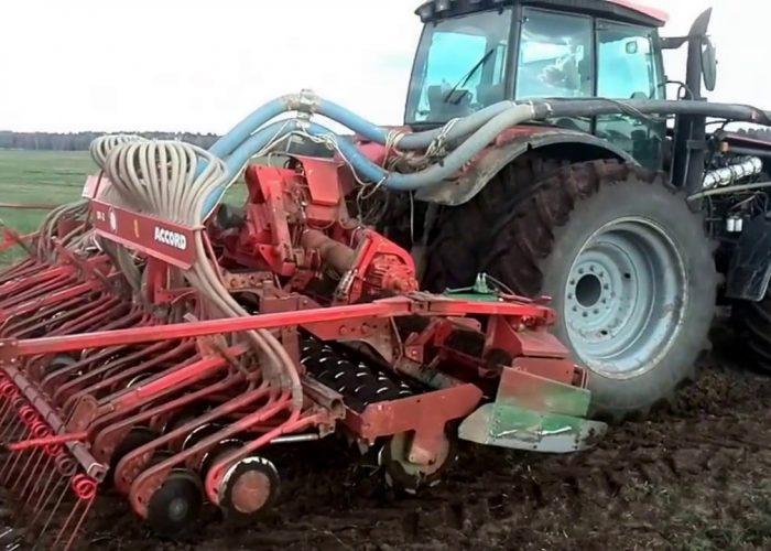 Трактор МТЗ-3022 с навесной сеялкой