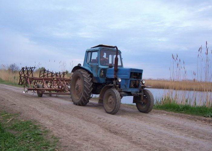 Трактор с обычной кабиной