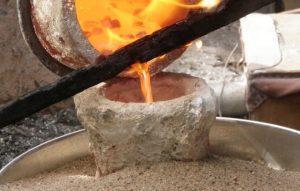 Заливка бронзового расплава в литейную форму