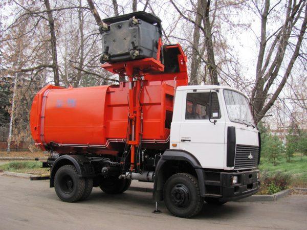 Процесс загрузки мусоровоза КО-449