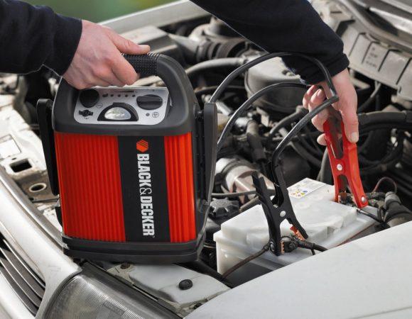 Процесс зарядки аккумулятора пуско-зарядным устройством