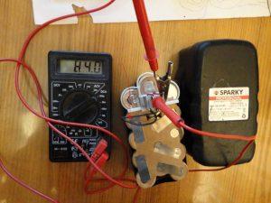 Проверка напряжения аккумулятора мультиметром