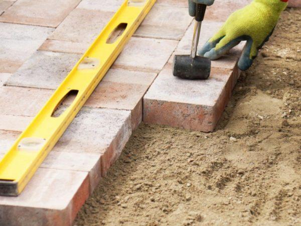 В процессе укладки плитки не обойтись без резиновой киянки и строительного уровня