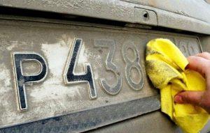 Чтобы избежать штрафа за нечитаемые номера, нужно периодически очищать его от загрязнений