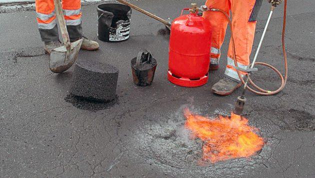 Подготовка дорожной ямы к укладке холодного асфальта