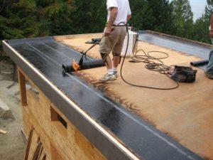 Процесс покрытия крыши Бикростом
